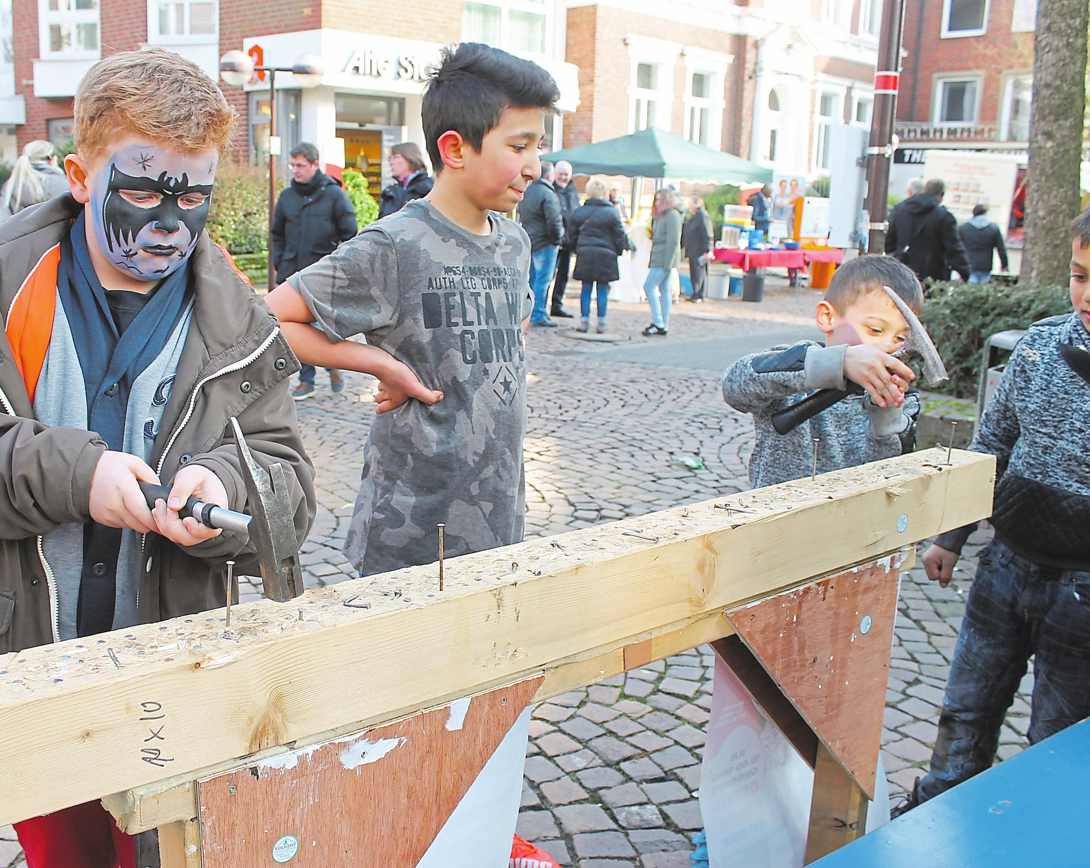 Auch kleine Spiele können den Besuchern großen Spaß bereiten. Fotos: Irmgard Tappe