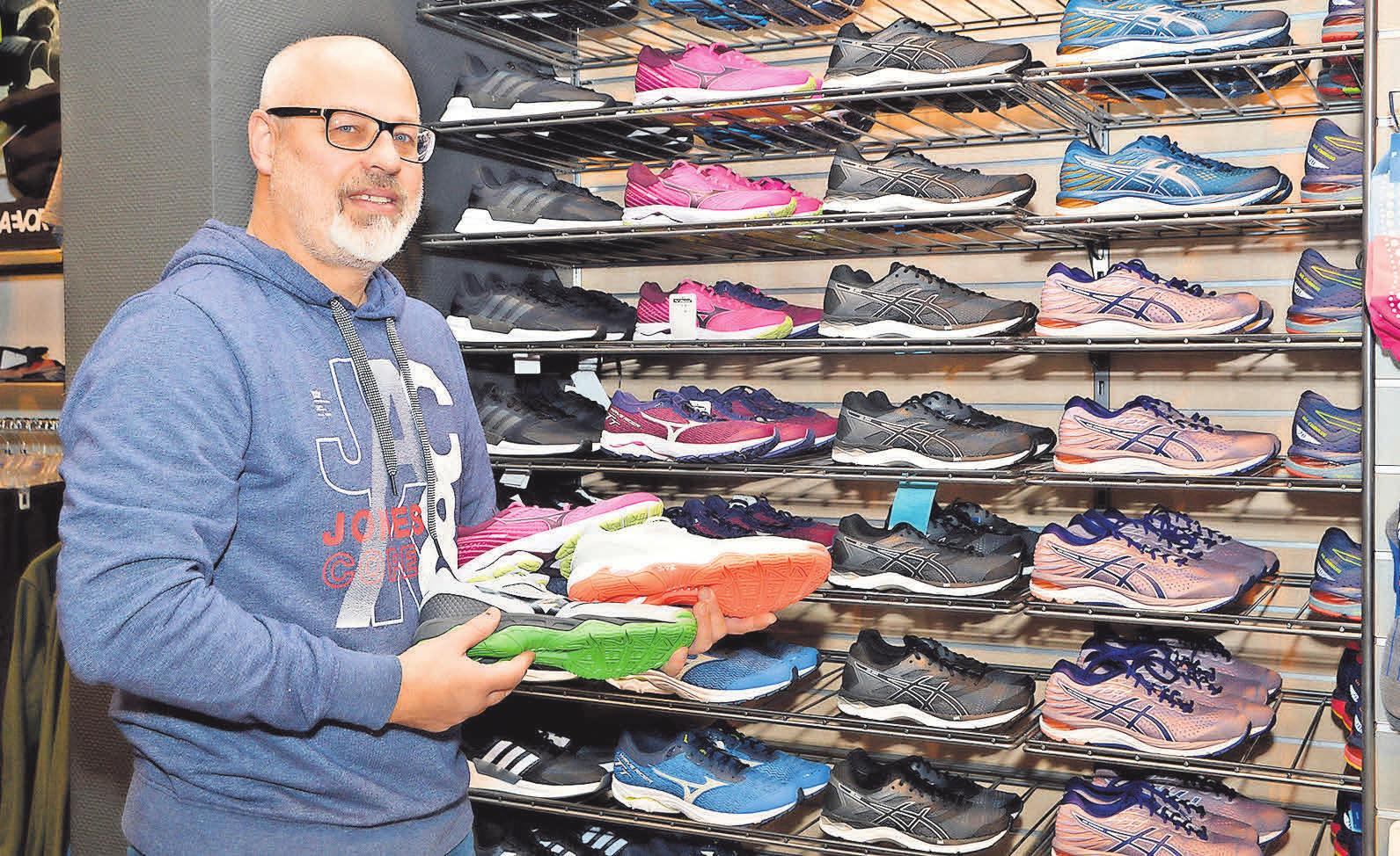 Jürgen Schulz zeigt einige Modelle der Marke Mizuno. Am verkaufsoffenen Sonntag wird ein Test-Van eine große Auswahl an Sportschuhen dieses Herstellers mitbringen.