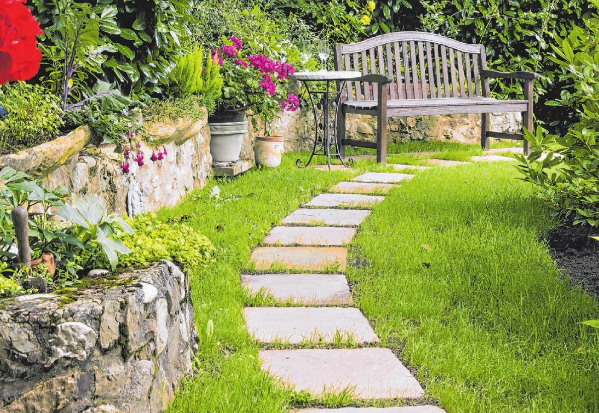 Ob Wege oder Mauern: Mit Natursteinen lässt sich der Garten abwechslungsreich ganz nach individuellen Wünschen gestalten.       Foto: ©fotoart-wallraf - fotolia.com