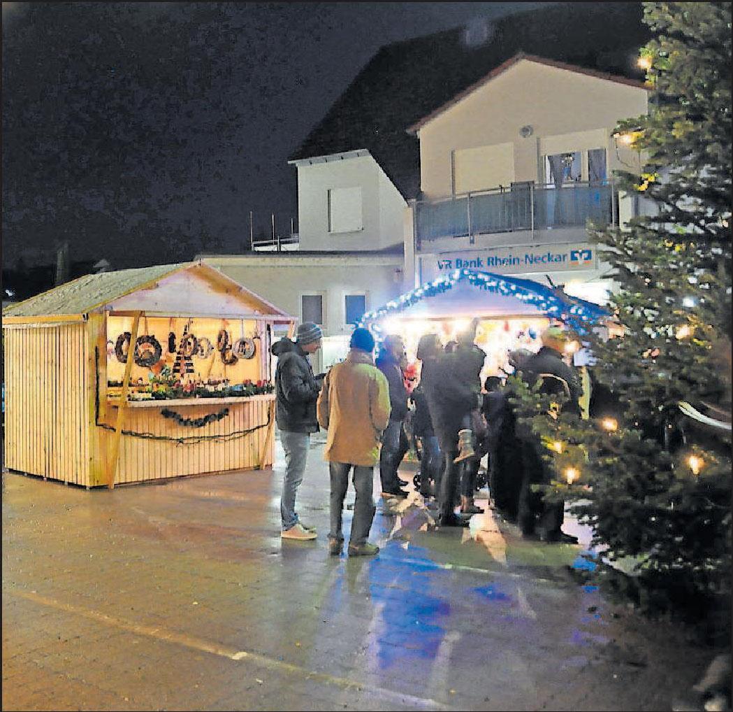 Viel Programm rund um den Weihnachtsbaum: Auf dem Weihnachtsmarkt mit kunsthandwerklichen Produkten in Hochdorf-Assenheim treten unter anderem die Flötenkinder des Katholischen Musikvereins und die Blaskapelle Assenheim auf. FOTOS: CLEMENS