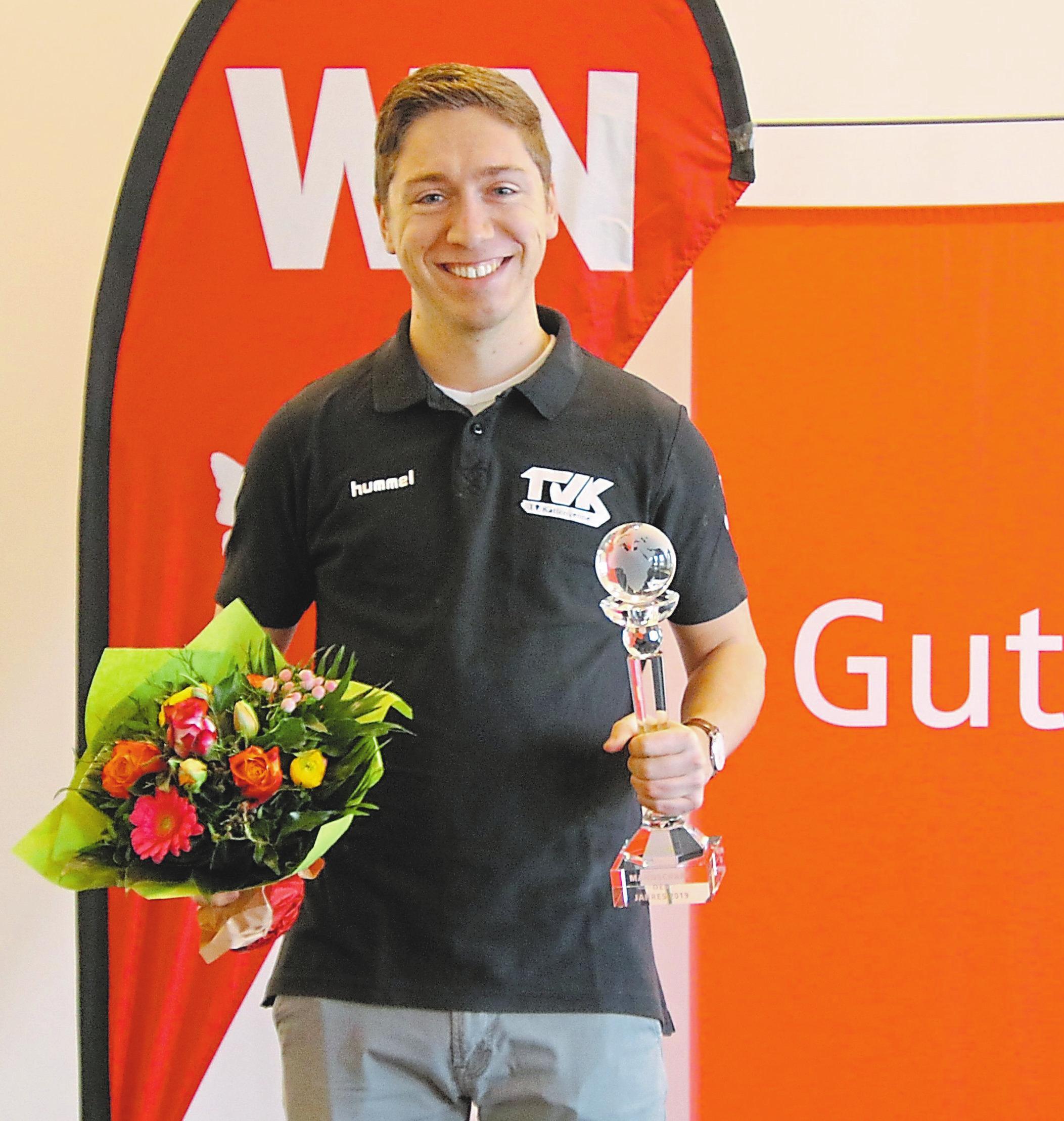 Nils Alker von den Handballern des TV Kattenvenne hat allen Grund zur Freude, ebenso wie Trainer Stefan Hülsmeier (rechts). Das Team ist zur Mannschaft des Jahres 2019 gewählt worden.