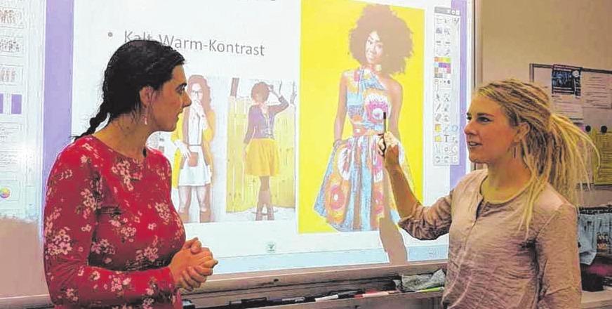 Lehrkraft im Vorbereitungsdienst Katharina Trumpf (re.) im Gespräch mit der Auszubildenden Jasmin Afschar.FOTO: HFR