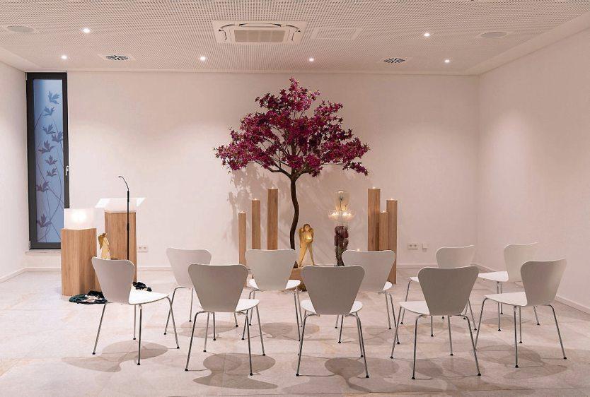 Die Trauerhalle kann mit einer Schiebewand abgeteilt werden, so dass über 60 Personen einen Sitzplatz haben können, aber auch kleinere Trauerfeiern gut möglich sind.