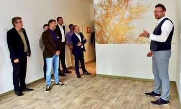 Hettstedts Bürgermeister Dirk Fuhlert überzeugt sich beim Objektrundgang von den Baufortschritten.