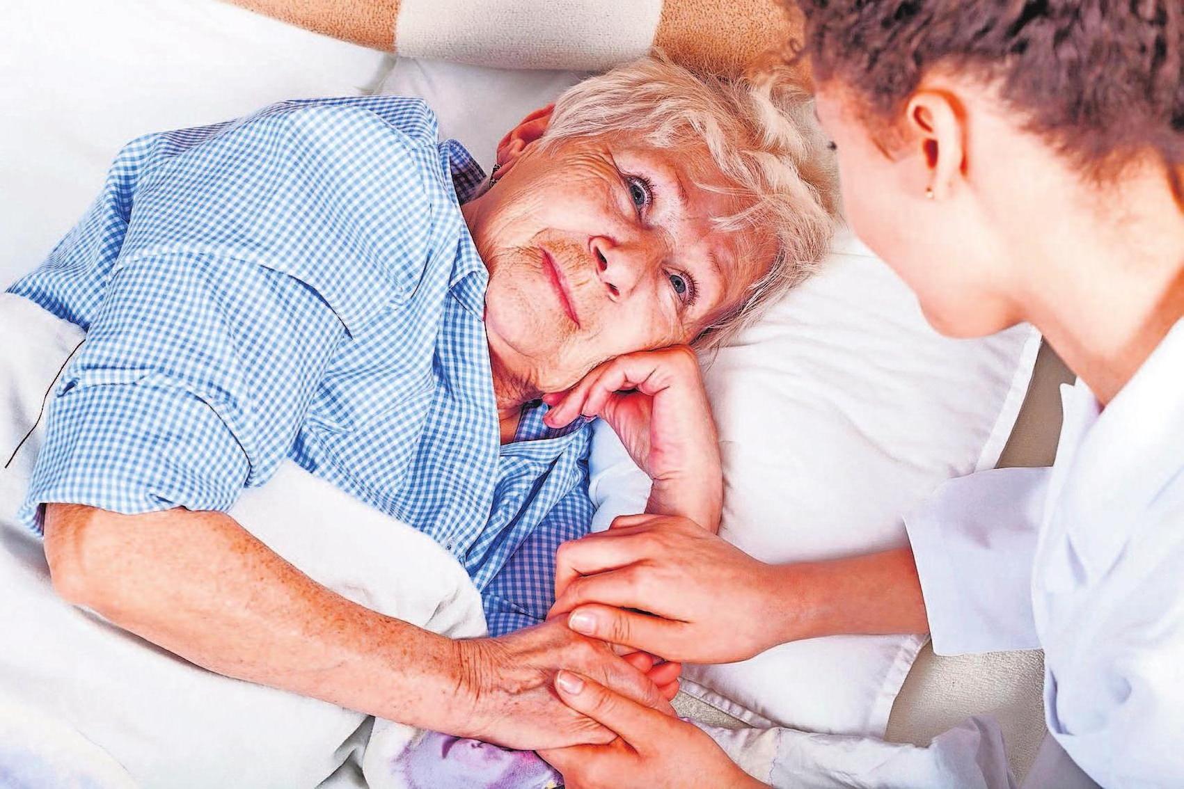 Alte und gesundheitlich beeinträchtige Menschen sehnen sich nach Geborgenheit, Verständnis und einer schützenden und helfenden Hand. Foto: djd/Deutsche Familienversicherung