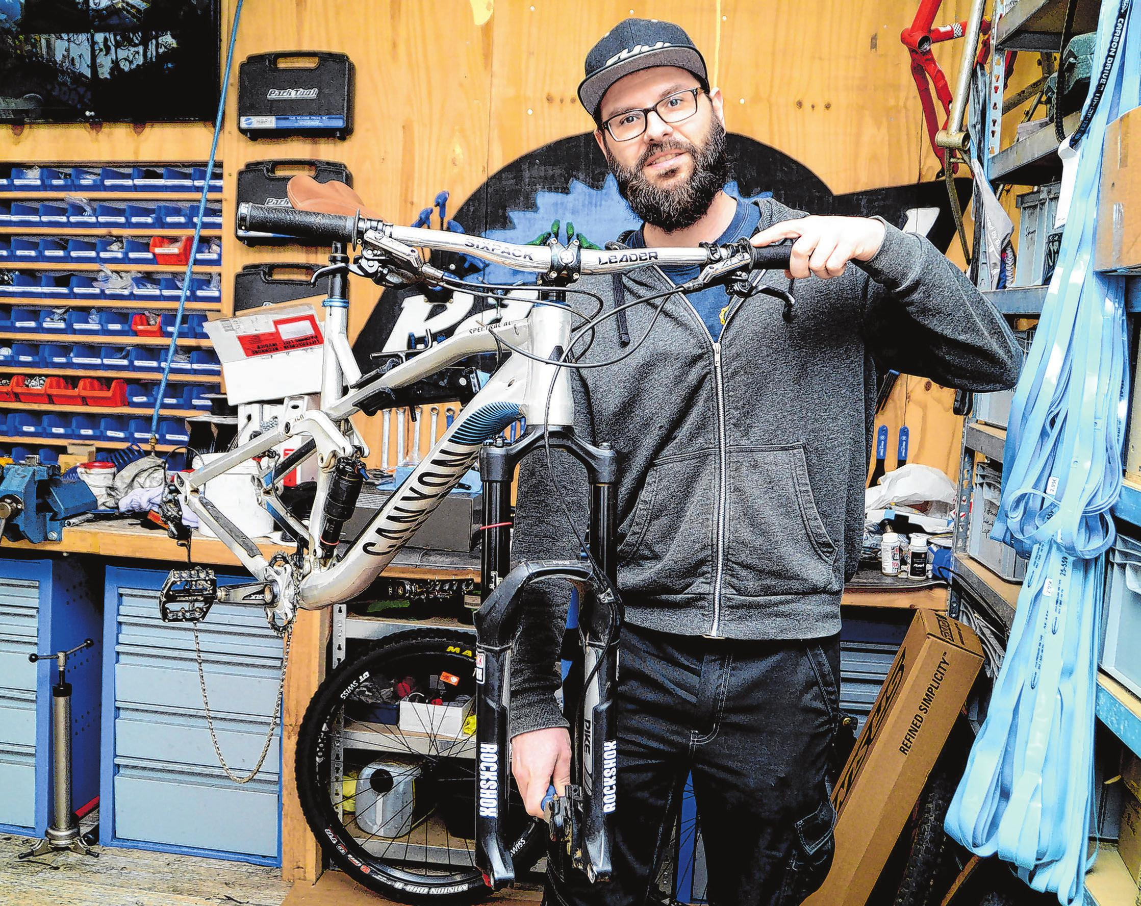 Der Inhaber von bikes4ever in der Fürstenwalder August-Bebel-Straße, Thomas Wilke, checkt in der Werkstatt die Federelemente an einem Enduro-Mountainbike.