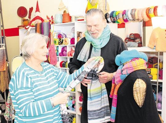 Monika und Wolfgang Wirth schaffen Platz in ihrem Wollhandel für die Frühlingsware. FOTO: RONNEY MENZE