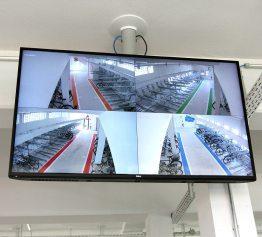 Für Sicherheit sorgen die Monitore am Eingang, die alle Gänge im Blick haben. Bilder: Uhland2