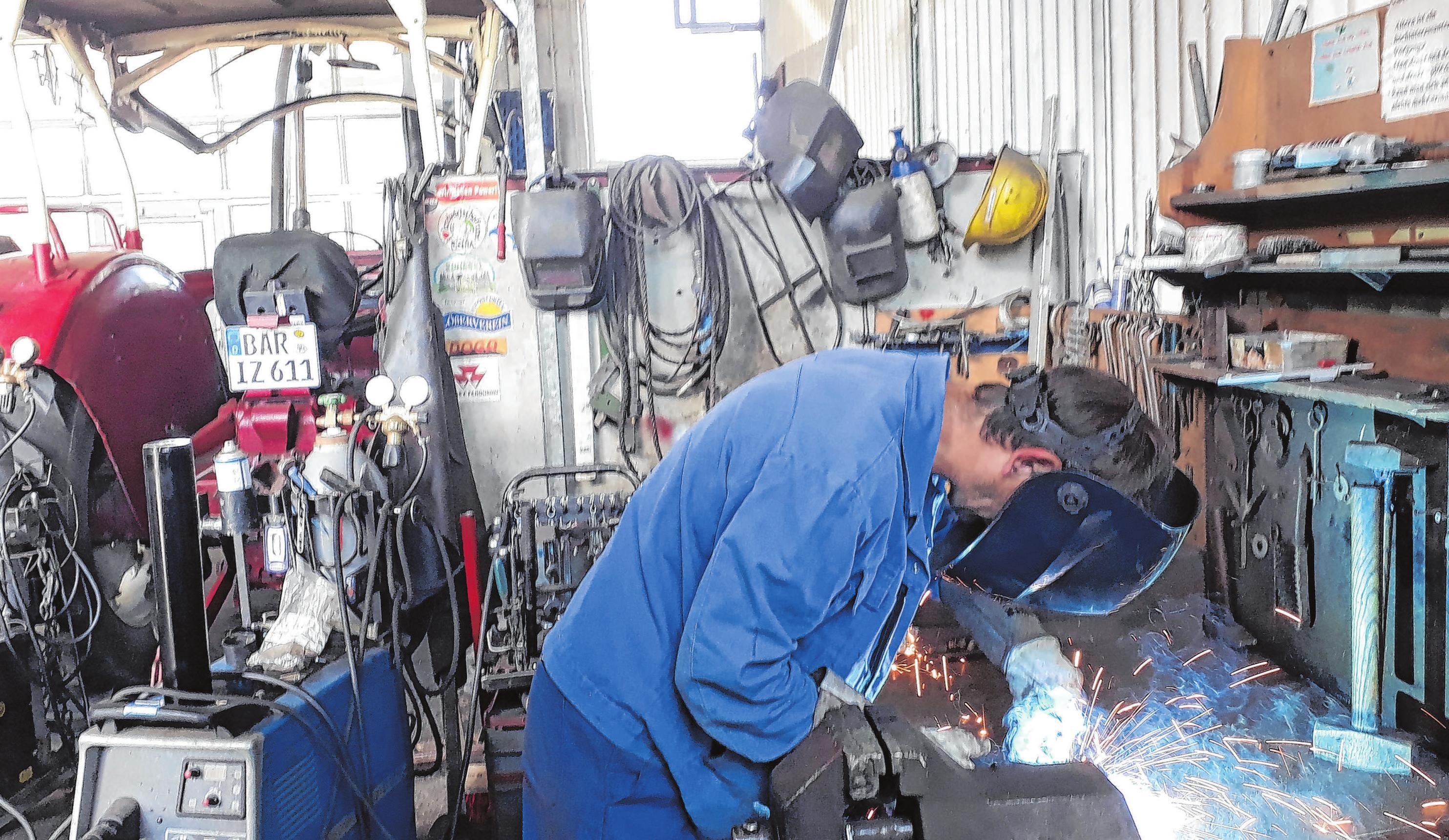 Schweißer Michael Blöcher in der Werkstatt bei der Arbeit