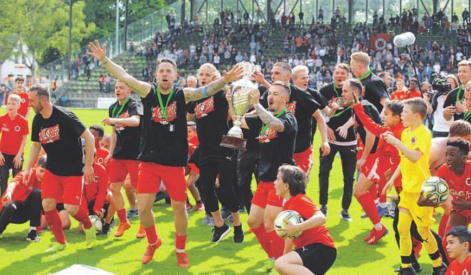 Die Kicker der Viktoria feierten ihren Triumph. Foto: Herbert Bucco