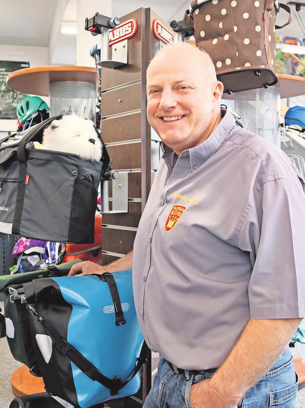 Sebastian König, Geschäftsführer Fahrrad König in Königs Wusterhausen. Er zeigt Fahrradkörbe, die derzeit sehr gefragt bei der Kundschaft sind. Foto: Nadine Pensold