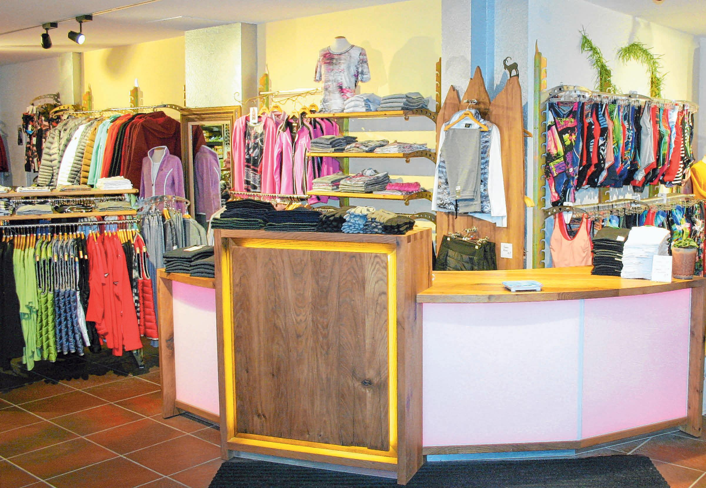 Seit der Sanierung im vergangenen Jahr schmückt die neue Ladentheke aus Eichenholz die Geschäftsräume.