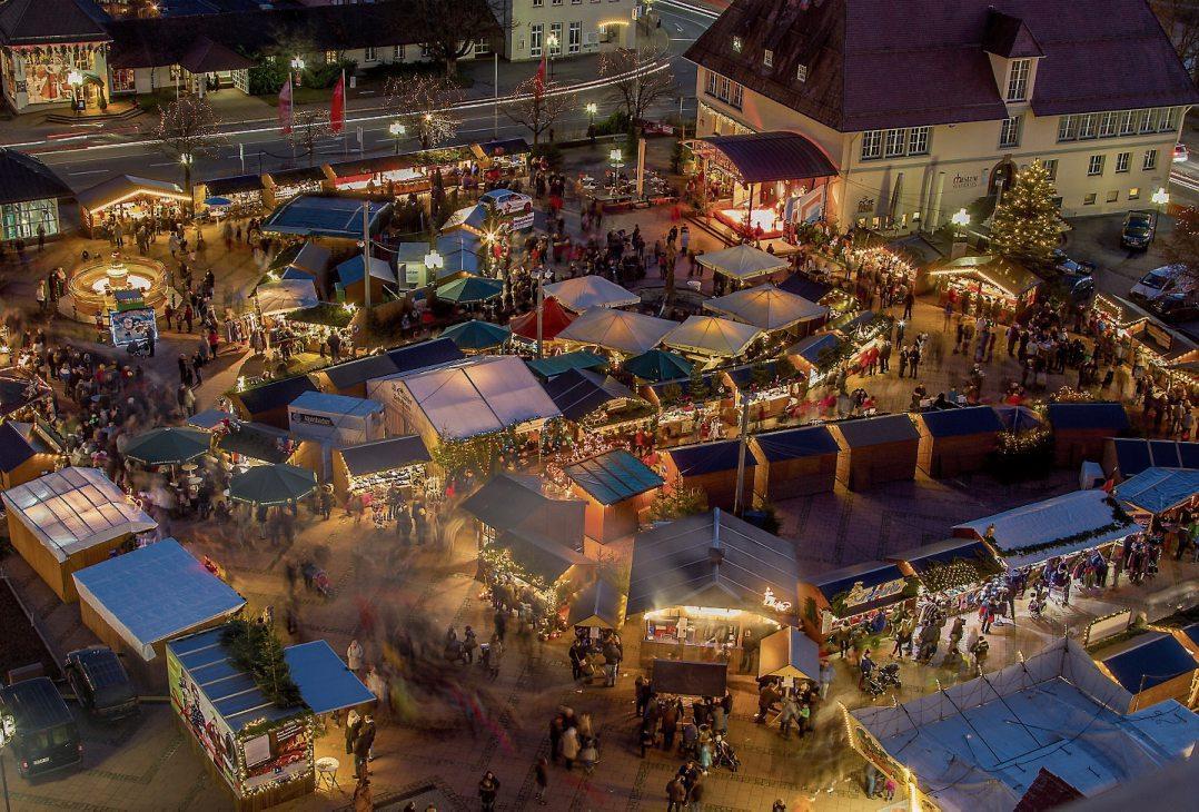 er Freudenstädter Weihnachtsmarkt in der Abendstimmung.