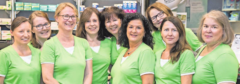 Fachkundige Frauen: Dr. Gisela Reinert (Dritte von links) und das Team der Apotheke am Fasanenkrug.