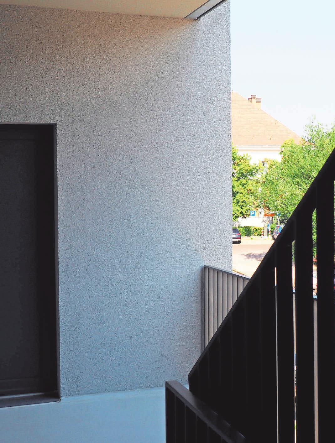 Das Treppenhaus liegt außerhalb, wodurch natürliches Licht einfällt und Platz gespart wurde.