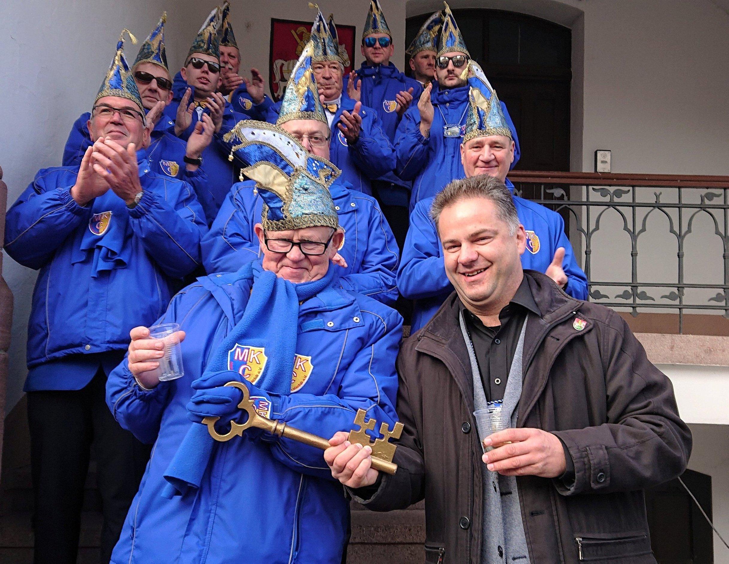 Bürgermeister Andreas Koch musste den Stadtschlüssel am 11.11. den Mansfelder Karnevalisten überlassen. Diese feiern noch bis zum Aschermittwoch ihre 5. Jahreszeit (kl. Bild) FOTOS: F. FAHNERT/K. LABITZKE