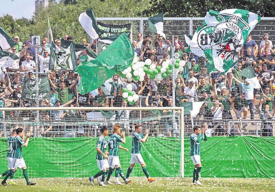 Die Lübecker Fans organisieren vor dem Spiel eine Choreo.