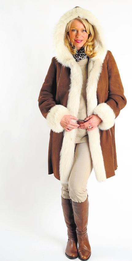 Lammfellmode ist schön, warm und angenehm leicht zu tragen. Während der Aktionswochen vom 15. Juni bis zum 10. Juli bietet das Pelz-Atelier von Schachtmeyer eine große Auswahl zu günstigen Preisen Foto: pr