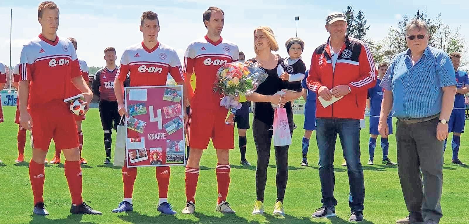 Mit Peter Knappe (Dritter von links) wurde am Ende der letzten Saison eine langjährige Stütze der ersten Mannschaft verabschiedet, der seine Fußballschuhe seit kleinauf für den TSV schnürte. Foto: Christian Porsch