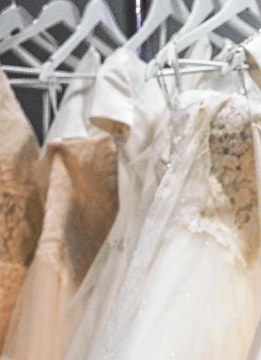Neue Brautkleider stehen in jeder Saison zur Wahl. Aber auch die Modelle der vorigen Saison sind schick und können mit Accessiores, die die eigene Persönlichkeit unterstreichen, aufgepeppt werden.Foto: Archiv