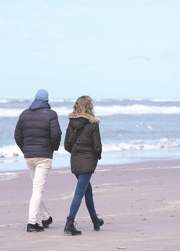 Spaziergänger am Strand. Foto: Sabine van Erp auf Pixabay