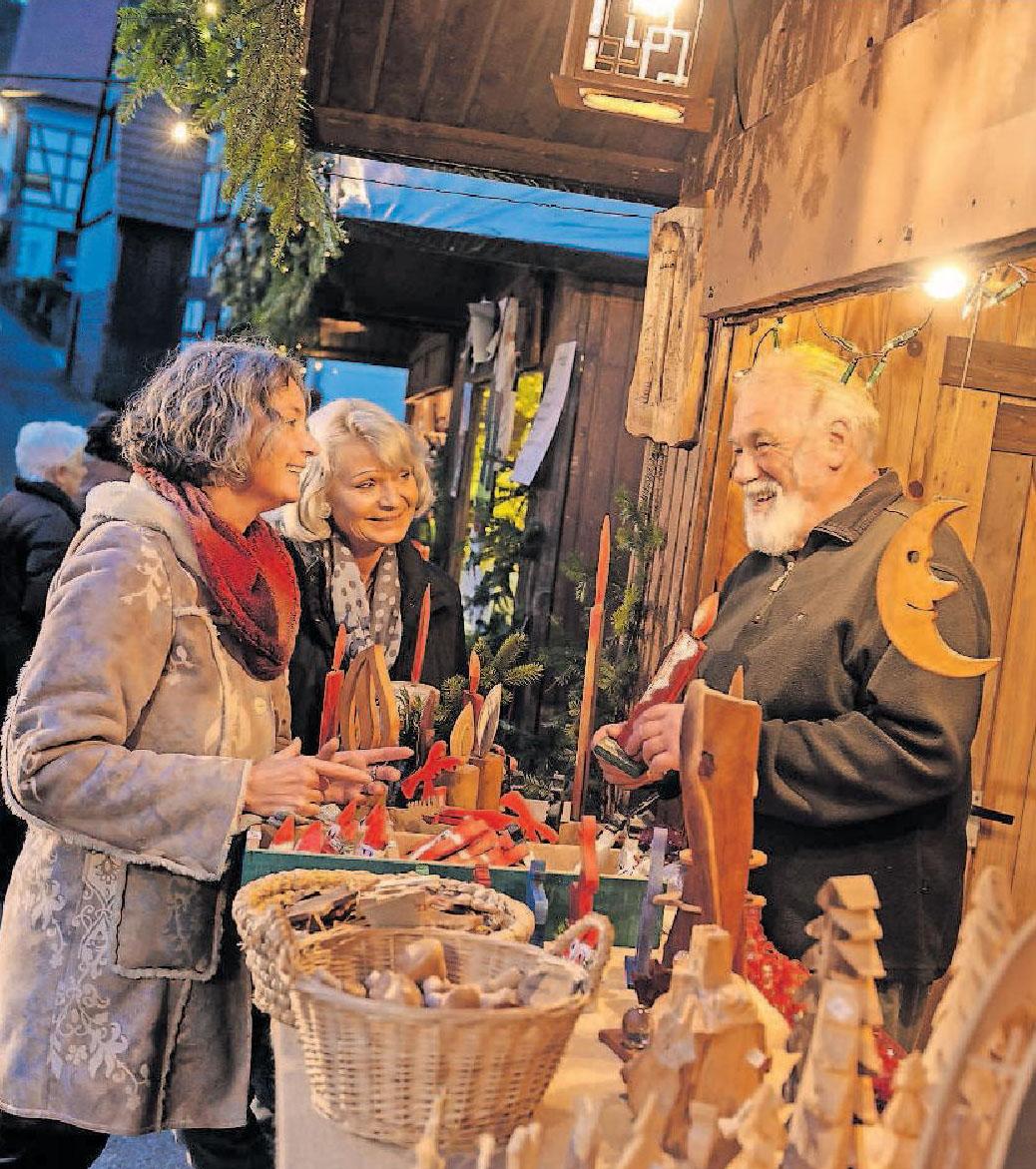 Eine besondere, intensive Atmosphäre hat das Weihnachtsmarktgeschehen in den Gassen des südpfälzischen Dörrenbach. Zwischen Rathaus und Wehrkirche geht es eng zu. Zu erleben ist der märchenhafte Dornröschen-Weihnachtsmarkt vom 13. bis 15.12. – hier ein Kunsthandwerkstand. Foto: Bildarchiv SÜW/Ad Lumina/Ralf Ziegler/frei