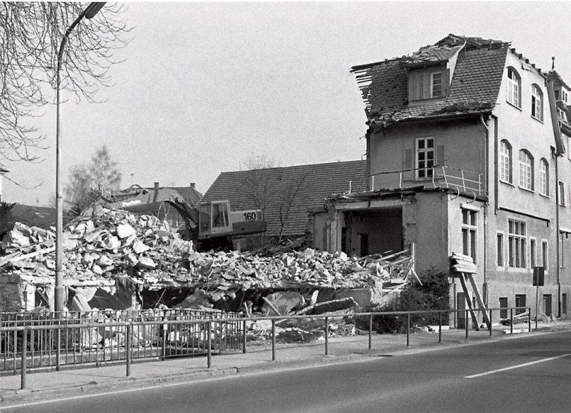 Abriss des Kurhauses Bad Sebastiansweiler im Jahr 1982 (re.),