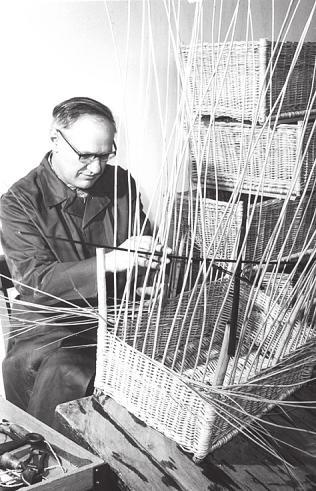 Die Geschichte der Elbe-Werkstätten geht auf das Jahr 1920 zurück. Dieser Mann beschäftigte sich mit dem Flechten von Körben Foto: Elbe-Werkstätten
