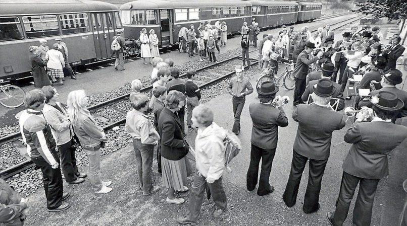 Der Entringer Musikverein beim autofreien Sonntag im Jahr 1981 auf dem Entringer Bahnhof.Bilder: Kunstverein Reusten, Reinhard Schmid