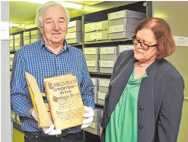 Gemeinde-Archivar Dr. Josef Ziegler mit dem original erhaltenen Amtsbuch von 1610. Die Bürgermeisterin wird das Druckwerk am Tag der offenen Tür präsentieren.