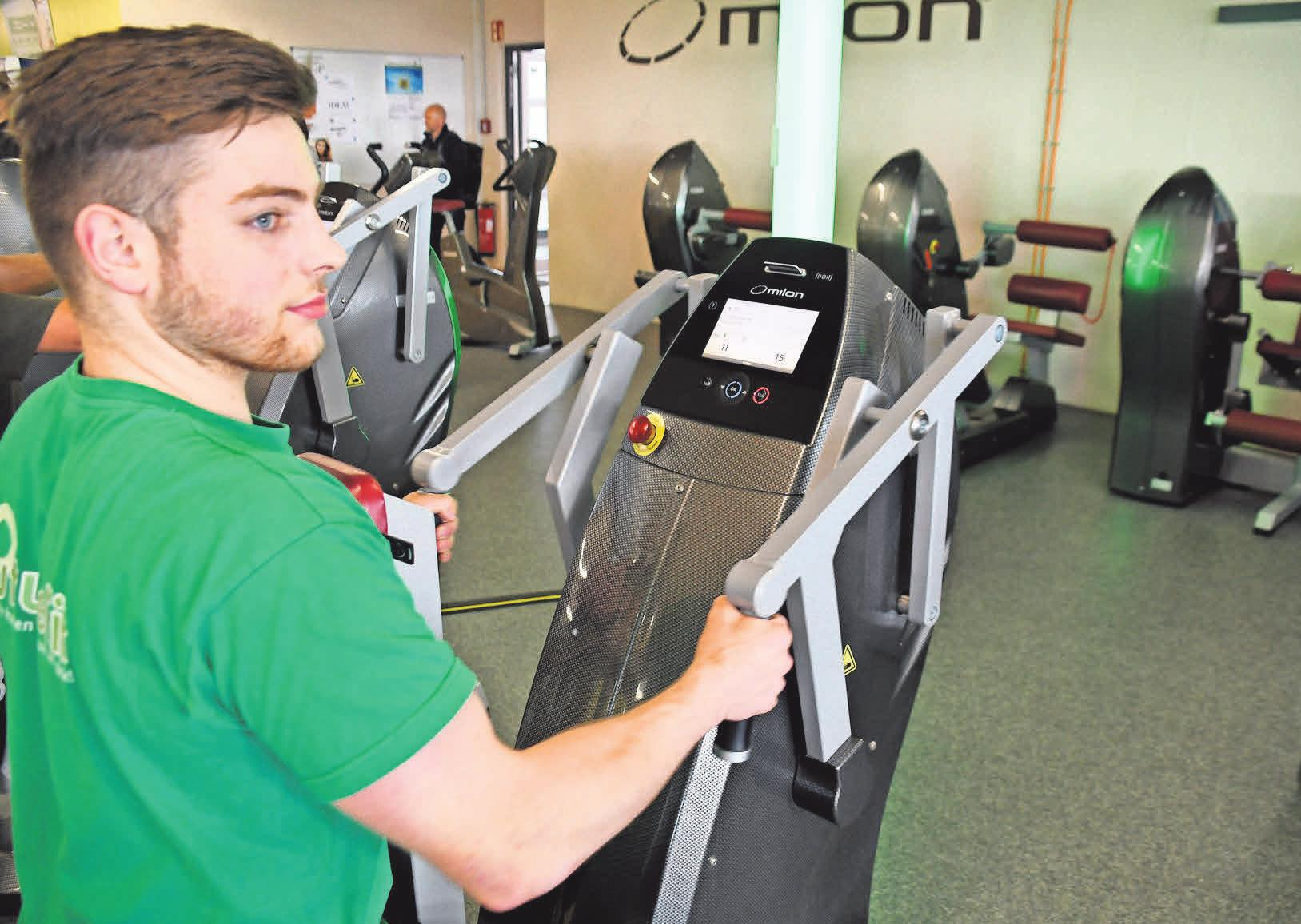 Sascha John trainiert im Milon-Zirkel, um seine Rückenmuskulatur zu stärken.