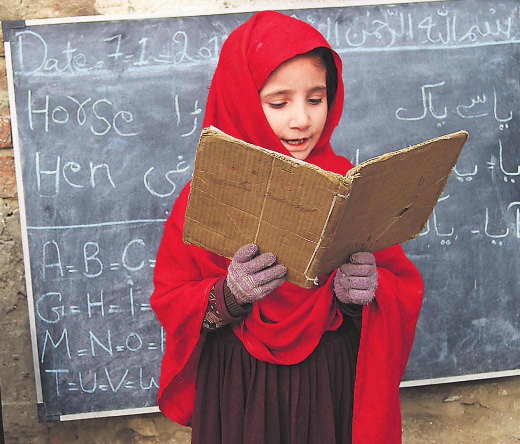 KINDERRECHTEKinder haben das Recht zu lernen und eine Ausbildung zu machen, die ihren Bedürfnissen und Fähigkeiten entspricht; so steht es in der UN-Kinderrechtskonvention. Im Bild zu sehen ist Aghna, sieben Jahre, die in Manipur in Pakistan eine Schule von Save the Children besucht. Die Konvention garantiert noch viele weitere Rechte.