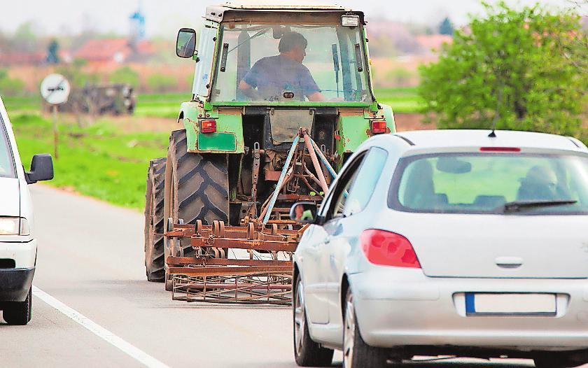 Geduld üben und bremsbereit sein heißt es oft in der Erntezeit für die Verkehrsteilnehmer.FOTO: FOTOSR52/SHUTTERSTOCK/FREI