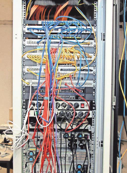 Server, Router und Kabel: Im Keller der Zentrale laufe alle Drähte zusammen.