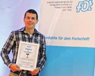 Stefan Wandsleb hat als Jahrgangsbester eine Auszeichnung erhalten für sein Meisterstück – eine Teil-Handprothese mit elektrischer Fingerfunktion. FOTOS: SANITÄTSHAUS KLINZ; SILVIO KISHON (1)