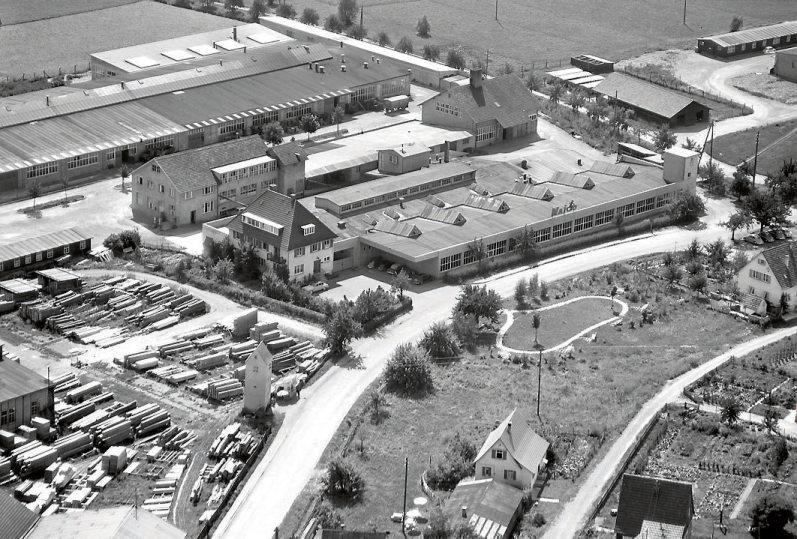 Das Foto aus dem Sommer 1958 zeigt unter anderem das Firmengelände der Firma Maico in der damals selbstständigen Gemeinde Pfäffingen. Der Motorradhersteller meldete Mitte der 1980er-Jahre Konkurs an, die Anhänger der Kultmarke treffen sich aber immer noch regelmäßig – am 2. Juni beispielsweise in Herrenberg-Gültstein. Bild: Gemeinde Ammerbuch