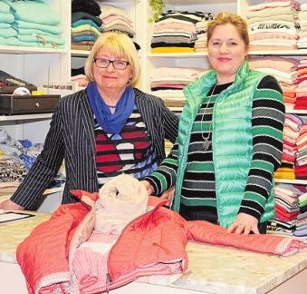 Petty Moden-Geschäftsinhaberin Margot Pöhlke arbeitet bereits mit ihrer Nachfolgerin Helene Helmel zusammen. Foto: Kasdorff
