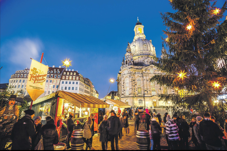 """Vor der beeindruckenden Kulisse der Dresdner Frauenkirche ermöglicht die """"Königlich-Sächsische Schankwirtschaft"""" einen etwas anderen Weihnachtsgenuss"""