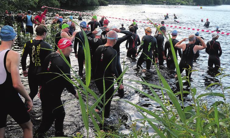 Nur wenige Triathleten gehen ohne Neopren-Anzug als Schutz gegen Kälte ins Wasser.