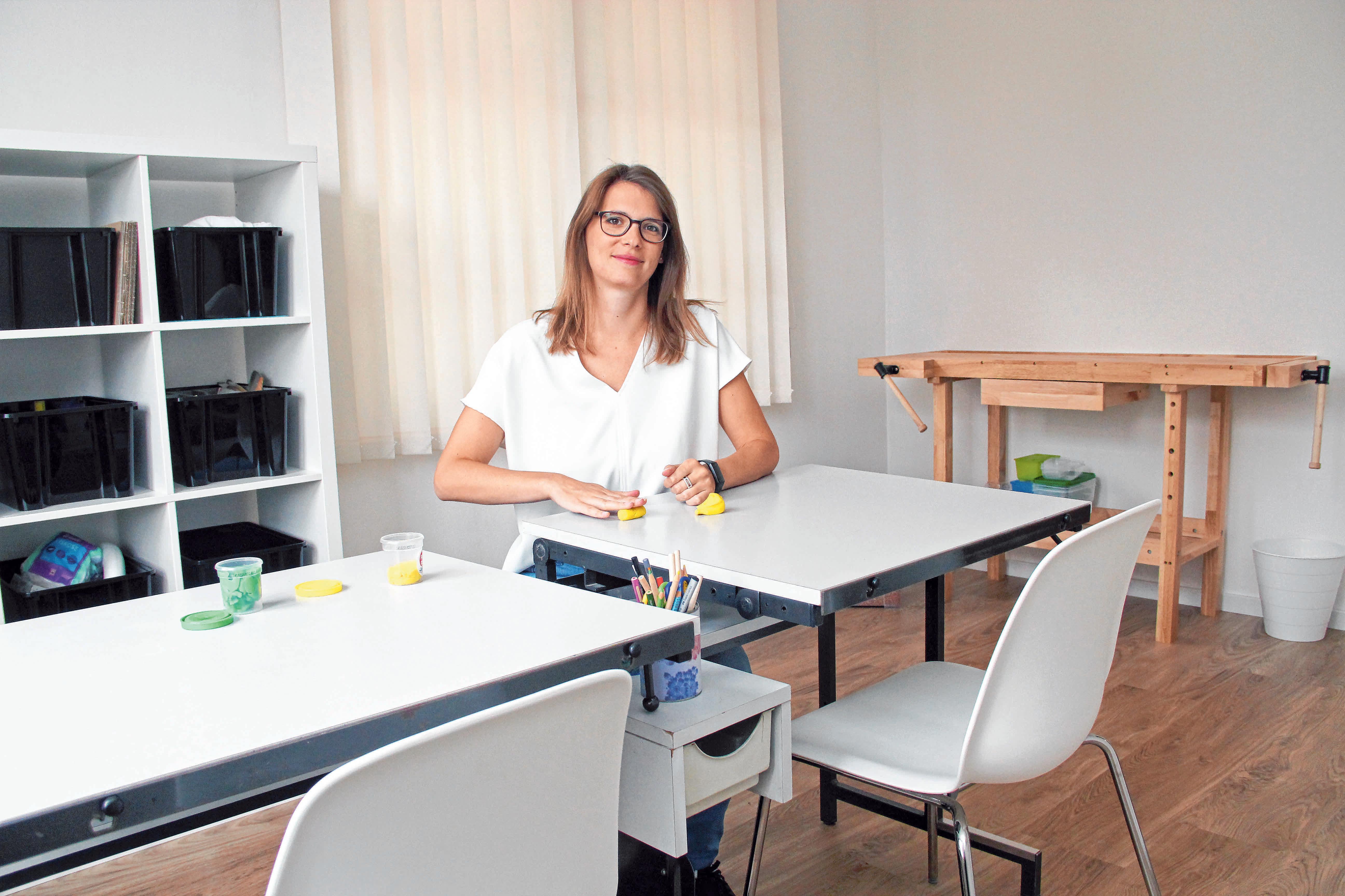 Carolin Sauter in ihrer neuen Praxis für Ergotherapie in Fischbach. FOTO: MADER