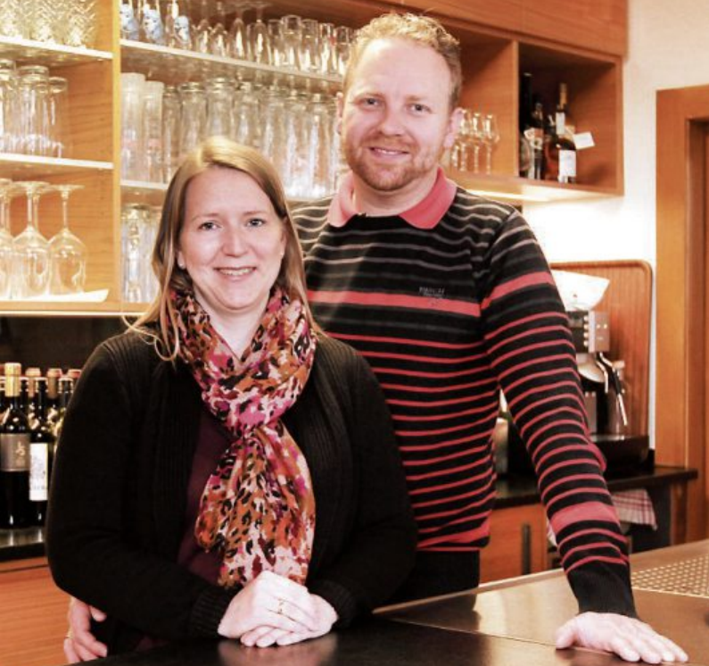 Wirtsleute aus Leidenschaft: Anja und Daniel Markert. Seit zehn Jahren betreiben sie den Hirsch in Derendingen und haben ihn zum Dorftreffpunkt gemacht. Dank der hervorragenden, frischen schwäbischen Küche kommen die Gäste gern auch von weiter her. Bild: Uhland2