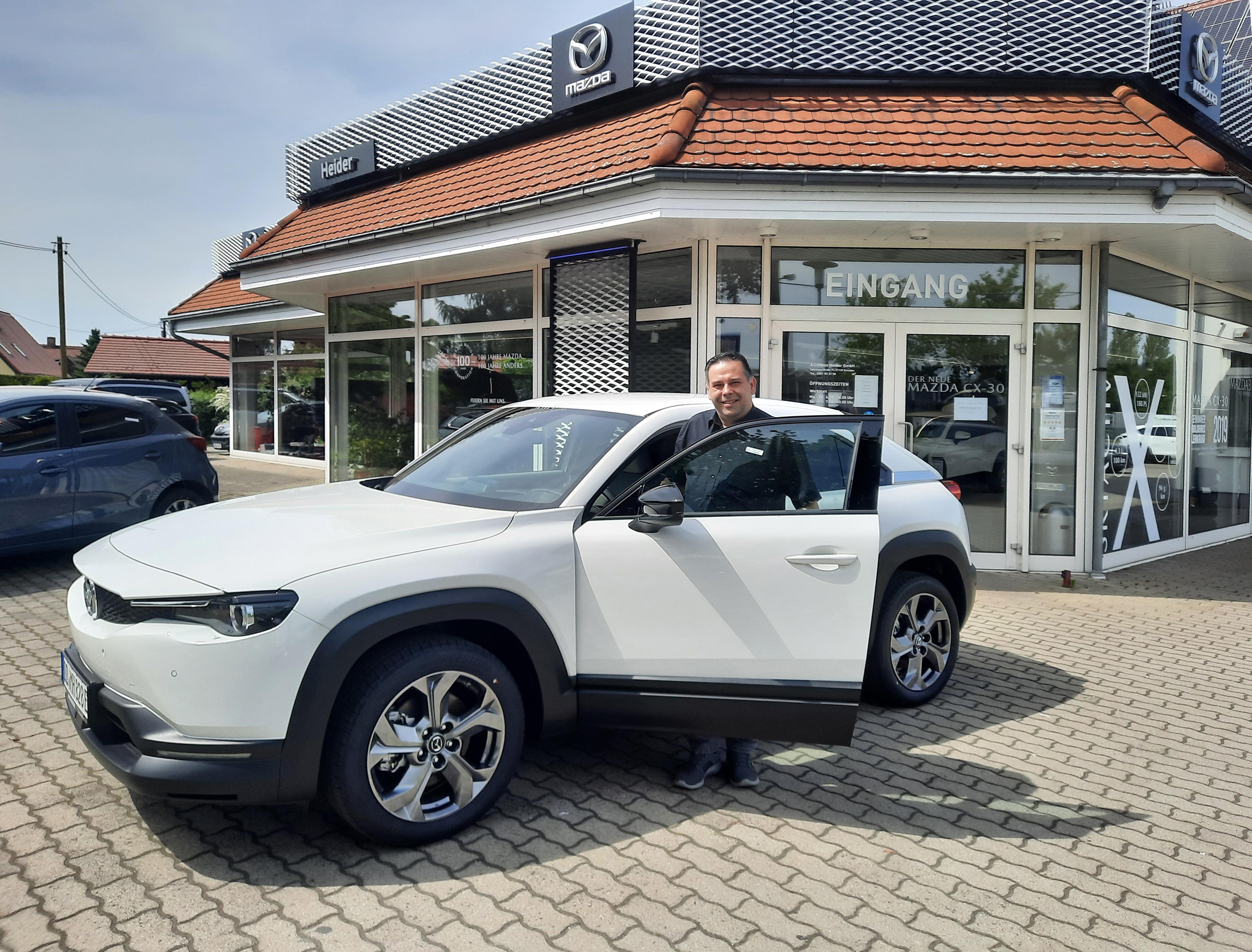 Ansprechendes Fahrverhalten und Null-Emissionen: Verkaufsberater Jerome Schubert freut sich auf Probefahrer für den Mazda MX-30
