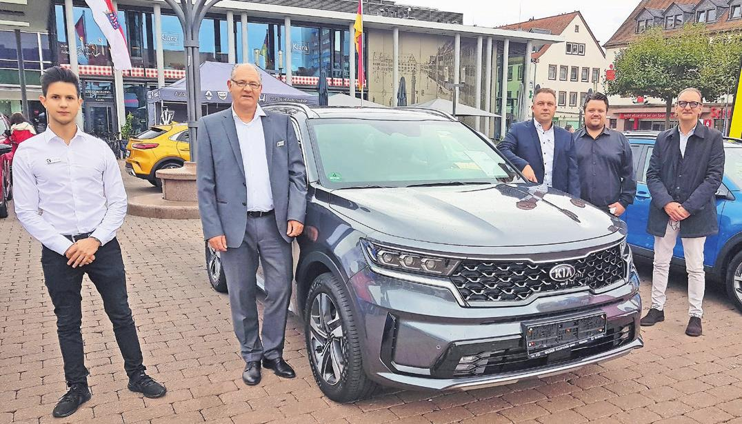 Das Team des Autohauses Weber aus Hanau mit dem neuen Kia Sorento.