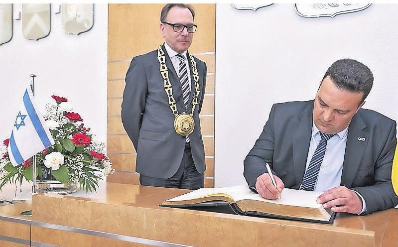 Vor zwei Jahren stattete eine Delegation aus der israelischen Partnerstadt Beer Sheva Wuppertal einen Besuch ab. Links Oberbürgermeister Andreas Mucke.