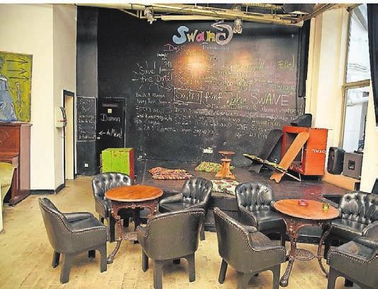 Die Küche im Swane ist afrikanisch/arabisch, es gibt regelmäßige Ausstellungen und viele Veranstaltungen.