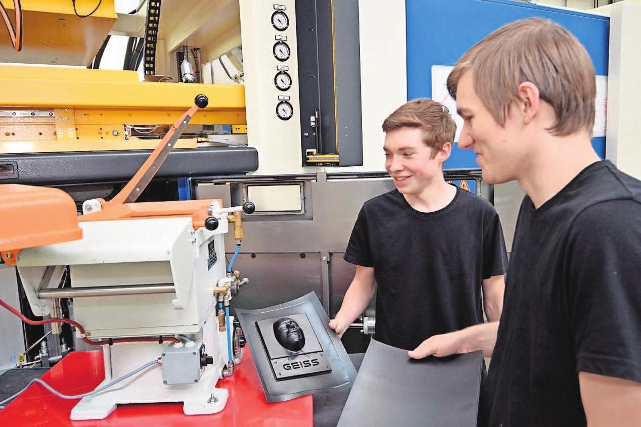Mit dieser Maschine zeigt die GEISS AG bei der Berufsmesse den Schülern und Schülerinnen, wie das Vakuumtiefziehen funktioniert.