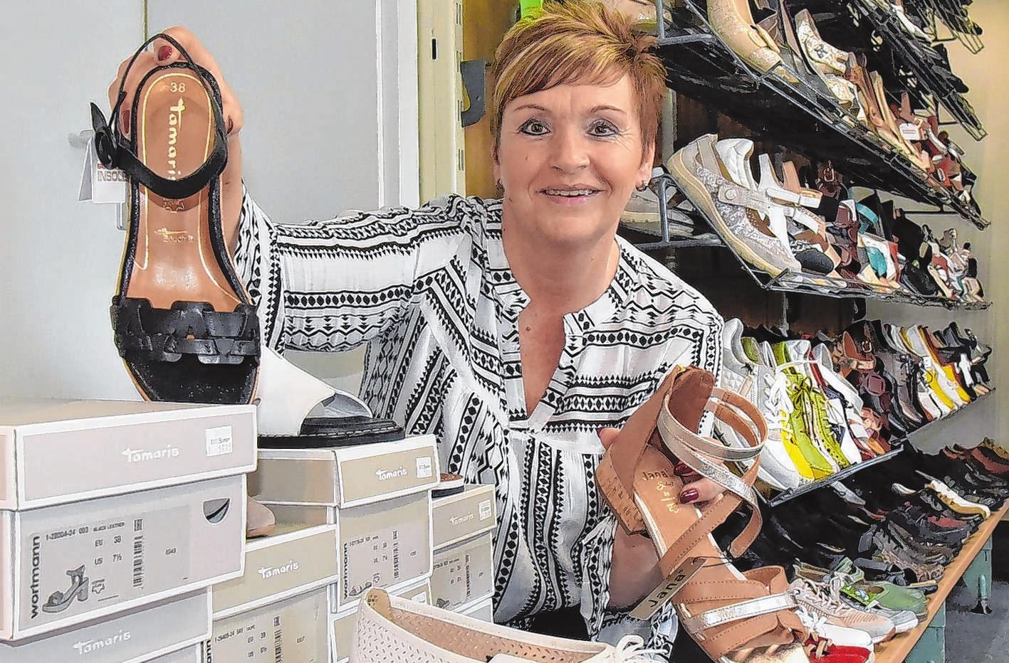 """""""Schuh Richter""""-Inhaberin Ines Zschoch sortiert gerade neue Sommerschuhe ein. """"Ich habe sehr nette Kunden"""", sagt sie."""