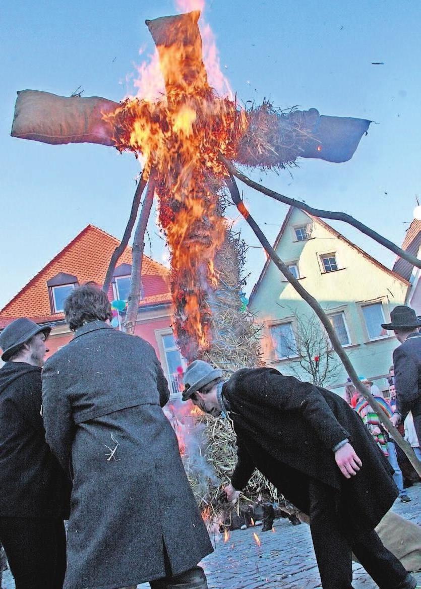 Das Winteraustreiben gehört in Stadtsteinach zu den Höhepunkten des Narrentreibens. Im Mittelpunkt steht der Winter in Form einer Strohpuppe, die am Ende auf dem Marktplatz verbrannt wird.