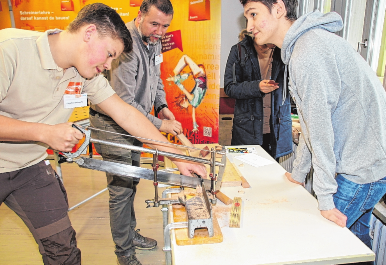 """Wie bei den früheren Kitzinger Berufsbörsen geht es bei den ersten Berufsinformationstagen in Kitzingen """"BIT KT"""" um direkte Kontakte und wertvolle und anschauliche Informationen zum Thema Arbeit und Beruf. Rund 700 Schüler haben sich für den Freitag schon angemeldet. FOTO: SIEGFRIED SEBELKA"""