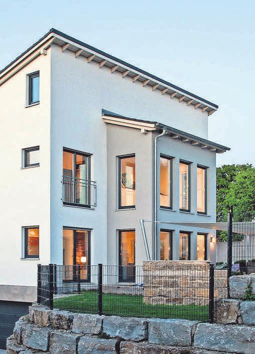 Ein Pultdachhaus mit zweigeschossigem, farblich abgesetztem Standerker. Foto: BDF/Haas Fertigbau